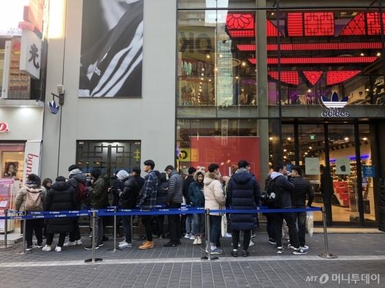 23일 오전 오픈을 앞둔 '아디다스 오리지널스 명동 직영점' 앞 모습/사진=양성희 기자