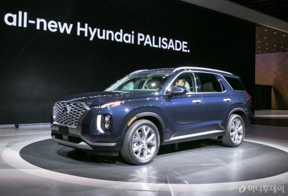 현대차는 28일(현지시간) 미국 로스앤젤레스(LA) 컨벤션 센터에서 열린 '2018 LA 오토쇼'에서 대형 플래그십(최상위) SUV 팰리세이드를 세계 최초로 선보였다./사진제공=현대차