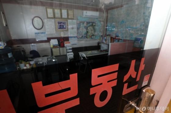 정부가 강남 재건축·고가 아파트 이상 과열 현상을 막기 위해 무기한 현장 단속을 예고한 가운데, 서울 강남구 대치동의 한 부동산이 휴업으로 불이 꺼져 있다. /사진=뉴스1
