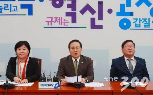 서영교 더불어민주당 원내수석부대표(왼쪽)가 당 정책조정회의에 참석한 모습. /사진=이동훈 기자