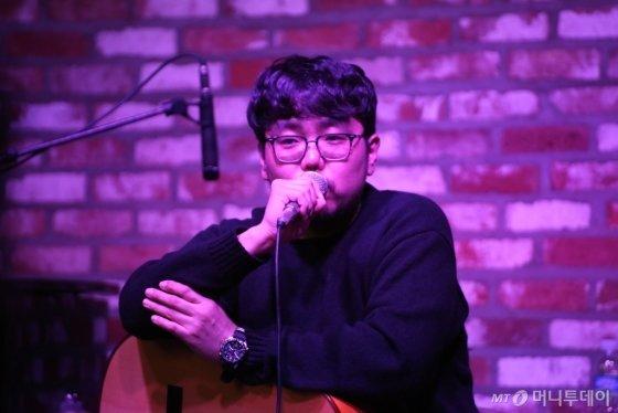 집시 재즈기타리스트 박주원이 최근 열린 4집 발매 간담회에서 신곡에 대해 설명하고 있다. /사진제공=JNH뮤직<br>