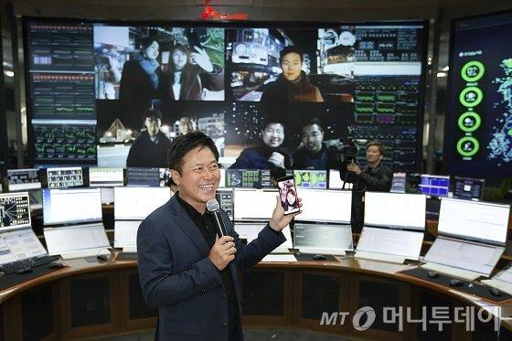 지난 1일 경기 성남시 분당구 SK텔레콤 '네트워크 관리센터'에서 박정호 SKT 사장이 명동에 있는 직원과 삼성전자의 5G 스마트폰으로 첫 영상통화를 하고 있는 모습. /사진제공=SKT.