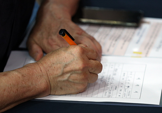 7월18일 오후 서울 영등포구 영등포아트홀에서 열린 취업박람회에서 한 구직자가 이력서를 작성하고 있다. /사진=뉴스1