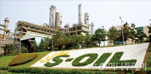 ↑ 에쓰오일은 울산 석유화학 단지에 올해까지 4년간 4조8000억원을 투자한데 이어 오는 2023년까지 2단계로 추가 5조원을 집중할 방침이다. 사진은 울산 울주군 에쓰오일 공장 전경. /사진제공 = 에쓰오일