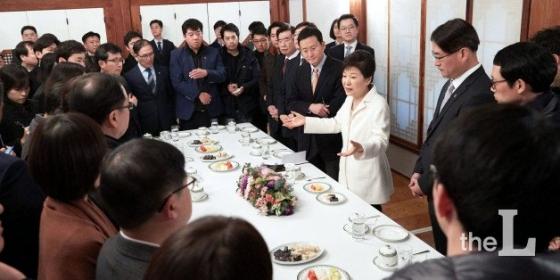 국회의 탄핵소추로 권한이 정지된 박근혜 전 대통령이 2017년 1월1일 청와대 상춘재에서 기자들과 간담회를 하고 있다. / 사진=청와대