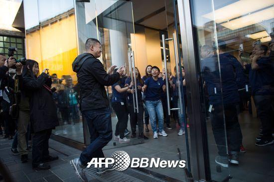 지난해 11월 중국 베이징에서 중국 시민들이 당시 신기종인 애플의 아이폰X를 구매하기 위해 줄을 서고 있는 모습./AFPBBNews=뉴스1