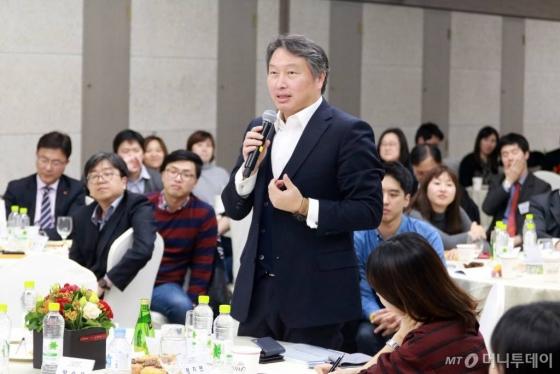최태원 SK 회장이 2015년 한국과학기술원(KAIST) 서울캠퍼스에서 열린 '청년 사회적기업가 이야기' 행사에 참석해 청년창업의 중요성을 강조했다./사진=SK