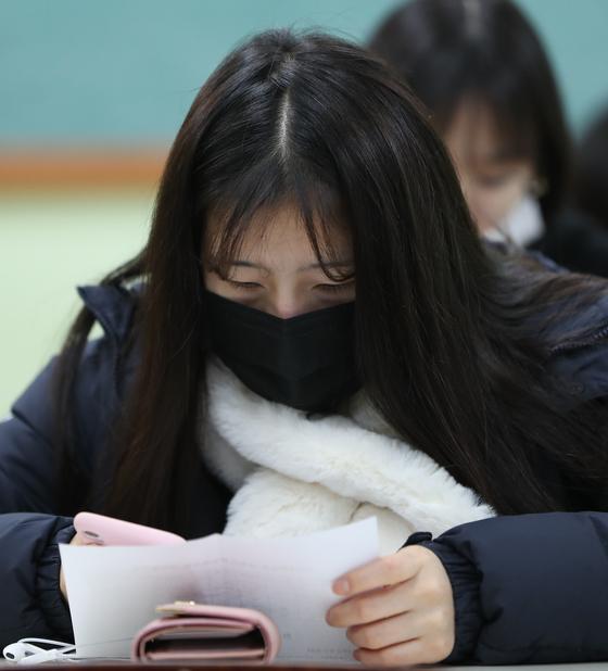2019학년도 대학수학능력시험 성적표가 배부된 5일 오전 서울 서초고등학교에서 학생들이 성적을 확인하고 있다./사진=뉴스1