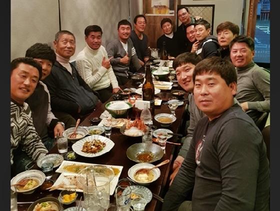 김성근 고문(왼쪽 세 번째)을 비롯해 그의 SK 출신 제자들이 지난 1일 식사 자리에서 함께 만나 회포를 풀었다.  /사진=정경배 현 두산 코치 제공<br /> <br />