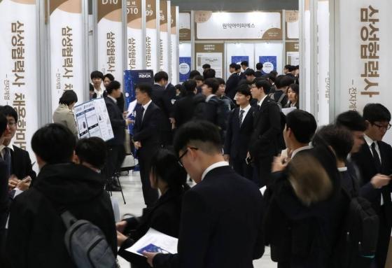 지난달 12일 서울 서초구 aT센터에서 열린 '2018 삼성협력사 채용한마당'이 많은 구직자들로 붐비고 있다. /사진=홍봉진 기자