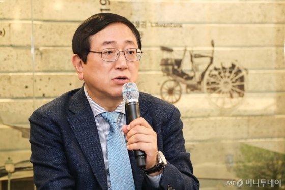 송승철 한불모터스 사장이 지난 5일 제주도 서귀포시 '푸조 시트로엥 자동차 박물관'에서 열린 기자간담회에서 질문에 답하고 있다./사진=한불모터스