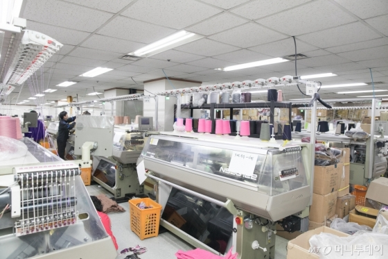 해방촌의 한 편직 공장. 해방촌은 원사 구매와 편직, 가공 등 전 공정을 지역 안에서 해결할 수 있는 장점이 있다.