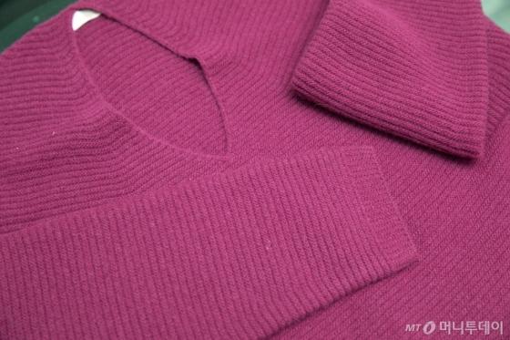 첨단 기술인 홀가먼트 기법으로 만들어진 무봉제 브이넥 스웨터. 무봉제 스웨터는 봉제선이 없어 일반 스웨터보다 편하고 입었을때 핏이 자연스러운 특징이 있다. 이번 크라우드펀딩에서는 무봉제 스웨터를 비롯해 모자,가방,폴라티 등 한겨울을 따뜻하게 보낼 제품들을 저렴한 가격에 만나볼 수 있다.