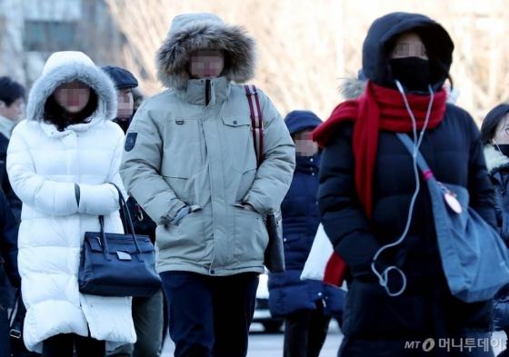 전국 곳곳에 한파 특보가 내려진 올해 1월23일 오전 서울 광화문 사거리 인근에서 시민들이 출근길 발걸음을 재촉하고 있다. /사진=김창현 기자