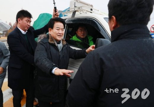 민주평화당 정동영 대표가 3일 오전 서울 여의도 국회 정문 앞에서 천막당사를 설치하기 위한 차량을 막는 방호원들과 실랑이를 벌이고 있다.