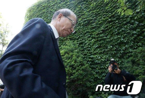 양승태 전 대법원장이 지난 6월 1일 오후 경기 성남시 자택 인근에서 '재판거래 의혹' 관련 입장을 발표를 마치고 나서고 있다. 2018.6.1/뉴스1 © News1 박세연 기자