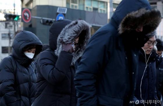 전국 곳곳에 한파 특보가 내려진 올해1월23일 오전 서울 광화문 사거리 인근에서 시민들이 출근길 발걸음을 재촉하고 있다. /사진=김창현 기자