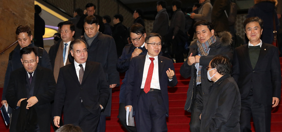 8일 새벽 서울 여의도 국회 로텐더홀에서 더불어민주당과 자유한국당 의원들이 정기국회 마지막 본회의를 연 뒤 계단을 걸어 내려오고 있다./사진=뉴스1