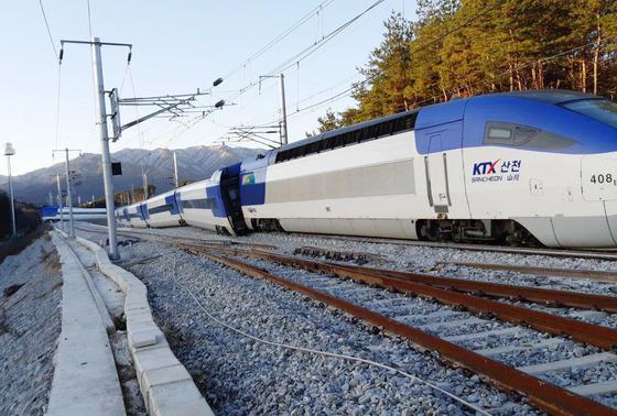 8일 오전 7시 35분쯤 강원도 강릉역에서 출발한 서울행 KTX 열차가 출발 5분 만에 탈선했다. 코레일에 따르면 이 열차는 이날 7시 30분 강릉에서 출발했으며 강릉역과 진부역 사이에서 선로를 벗어났다. 당시 열차에는 승객 198명이 타고 있었으며 승객 8명이 골반, 허리 등을 다쳐 인근 병원으로 옮겨져 치료를 받고 있다. 코레일은 정확한 사고 원인을 조사하고 있다. /뉴스1=강원소방본부 제공