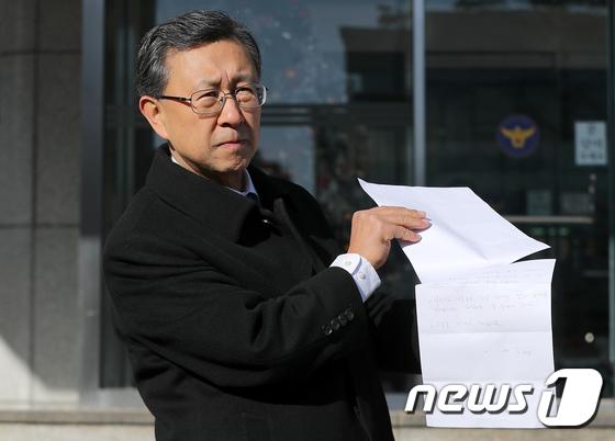 [사진]이재수 전 기무사령관 유서 공개하는 임천영 변호사