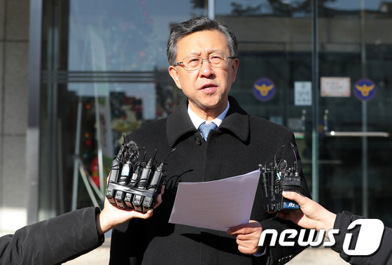 [사진]이재수 전기무사령관 유서 내용 공개하는 임천영 변호사