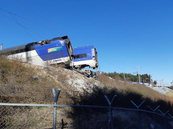8일 오전 7시 35분쯤 강원도 강릉역에서 출발한 서울행 KTX 열차가 출발 5분 만에 탈선했다. 코레일에 따르면 이 열차는 이날 7시 30분 강릉에서 출발했으며 강릉역과 진부역 사이에서 선로를 벗어났다. 당시 열차에는 승객 198명이 타고 있었으며 승객 8명이 골반, 허리 등을 다쳐 인근 병원으로 옮겨져 치료를 받고 있다. 코레일은 정확한 사고 원인을 조사하고 있다. /사진=뉴스1
