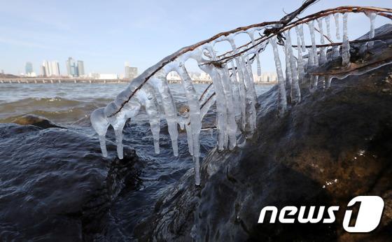 [사진]최강한파 '고드름이 주렁주렁'