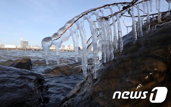 [사진]북근한파에 '고드름이 주렁주렁'