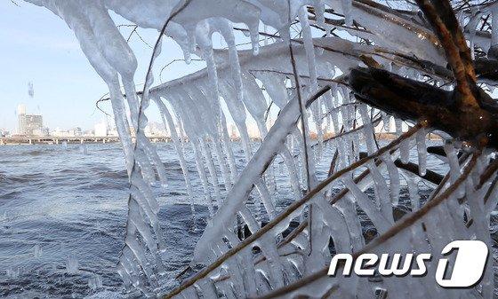 [사진]한강에 핀 얼음꽃