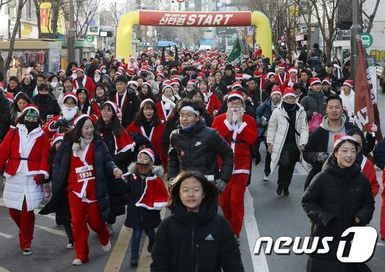 [사진]'산타 옷 입고 신나게 달려요'