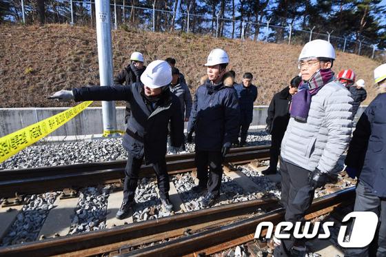 [사진]KTX탈선 사고 현장 찾은 김정렬 국토부 2차관