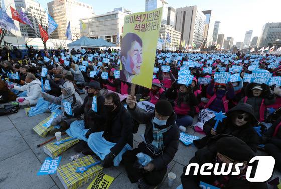 [사진]구호 외치는 '사법적폐 청산, 이석기 의원 석방대회' 참석자들
