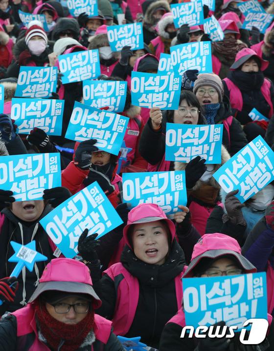 [사진]광화문광장 가득 메운 '사법적폐 청산, 이석기 의원 석방대회' 참가자들