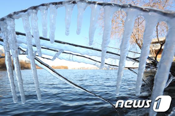 [사진]고드름 열린 한강