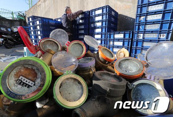 [사진]주말 한파에 수도계량기 동파 급증