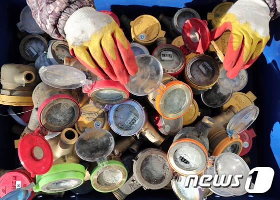 [사진]'최강 한파' 동파된 수도계량기