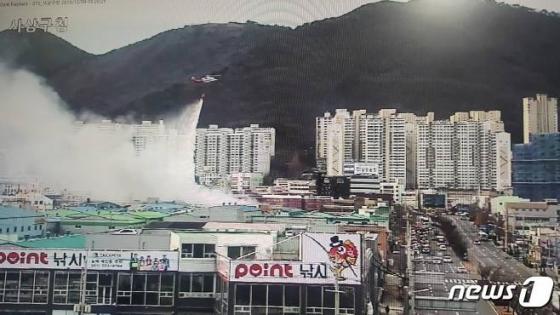 9일 오전 7시30분쯤 부산 사상구 학장동의 한 주방설비 제조공장에서 불이 났다. 소방헬기가 불길을 잡기 위해 물을 뿌리고 있다./사진=부산지방경찰청 제공, 뉴스1