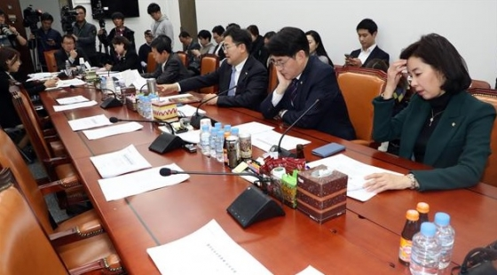지난 7일 서울 여의도 국회에서 열린 교육위 법안심사소위에서 자유한국당 소속 의원들이 불참한 가운데 다른 의원들이 회의를 기다리고 있다./사진=뉴스1
