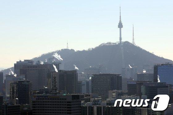 [사진]북극한파에 입김 내뿜는 서울 도심