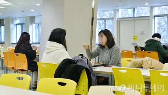 할랄 메뉴를 이용하는 내국인 학생들의 모습도 많이 볼 수 있었다./사진=이상봉 기자