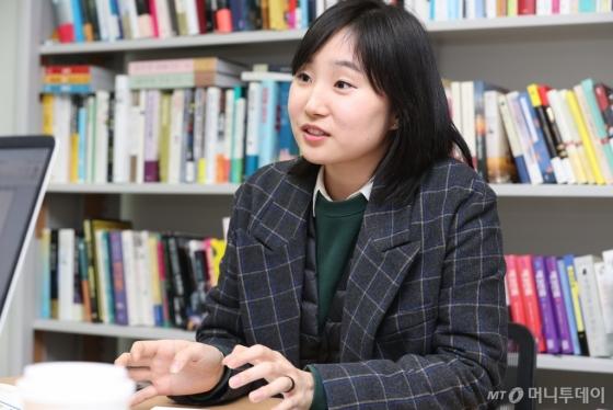 장편 '기파'로 '제3회 한국과학문학상'에서 대상을 받은 박해울 작가. 박 작가는 난판된 우주선에서 의사 기파가 사람들을 치료하는 과정에서 만나는 숨겨진 진실을 통해 인간의 속성과 정의에 대한 문제를 파헤친다. /사진=임성균 기자<br />