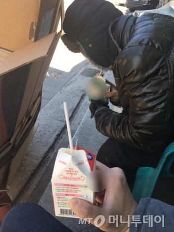 아침도 안 먹은, 기자와 최진철씨(55)의 첫 끼니는 다름 아닌 우유였다. 편의점 플라스틱 의자에 앉아 같이 우유 한 잔 했다. 이빨이 안 좋은 최씨는 음식을 잘 못 먹는다고 했다. 실제로 보니, 누렇게 변한 치아가 반토막 나 있었고, 어금니도 몇 개 없었다. 치과 치료를 받을 돈이 없다고 했다./사진=남형도 기자