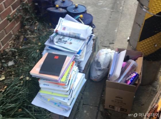 도로 한 켠에 무더기로 쌓여 있는 책들. 책은 일반 파지보다 가격이 두 배 이상 높닥 했다(1kg에 110원 정도). 보물을 발견한 기분이었다. 이날 수집한 책은 약 55kg 남짓이었다. 별도 상자에 잘 보관했다./사진=남형도 기자