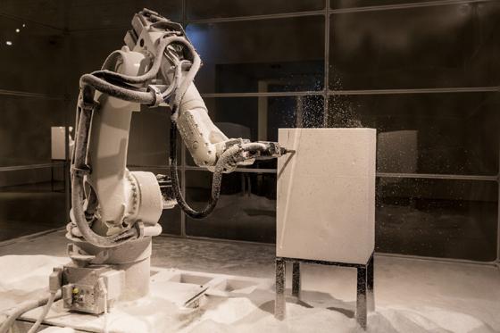 콰욜라의 대표작인 '스컬프처 팩토리'. 고전 예술 작품을 데이터화한 정보를 바탕으로 로봇이 스티로폼 작품으로 구현해낸다./사진제공=파라다이스 아트 스페이스