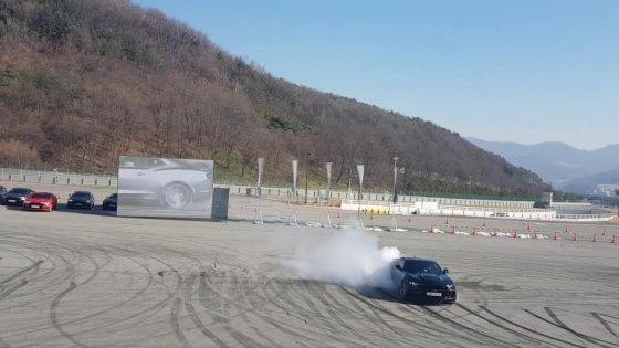 한국GM 신차 '카마로 SS'의 주행 모습. 사진=황시영 기자