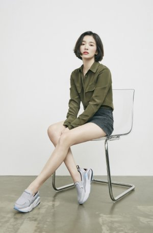 송혜교, 청초한 운동화 스타일링…
