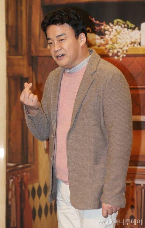 tvN '집밥 백선생3' 제작발표회에서 호쾌한 손가락 하트를 날리시는 갓종원 선생.