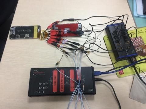 콤보형 분석기와 능동형 프로브를 결합해 완성형 스마트폰을 프로빙하고 있다/사진제공=제이윌테크놀로지