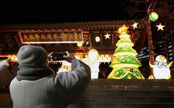 지난 19일 오후 서울 종로구 조계사에서 스님들이 크리스마스 트리 사진을 찍고 있다. /사진=뉴스1
