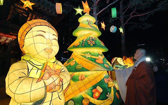 지난 19일 오후 한 스님이 서울 종로구 조계사 일주문 앞에 설치된 크리스마스 트리를 감상하고 있다. /사진=뉴스1